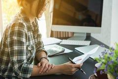 Gelukkige jonge ondernemer, tiener het bedrijfseigenaarwerk thuis, Stock Foto
