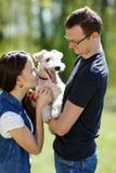 Gelukkige jonge paar en hond Stock Foto