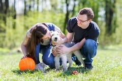 Gelukkige jonge paar en hond Royalty-vrije Stock Fotografie