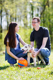 Gelukkige jonge paar en hond Stock Afbeeldingen