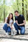Gelukkige jonge paar en hond royalty-vrije stock foto