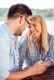 Gelukkige jonge paar het drinken koffie in een koffie, die elkaar teder bekijken stock fotografie