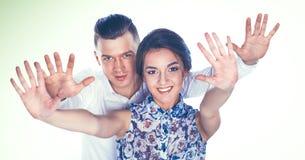 Gelukkige jonge paar status samen geïsoleerd op witte achtergrond Royalty-vrije Stock Foto's