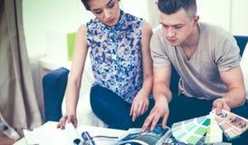 Gelukkige jonge paarzitting samen op de bank Royalty-vrije Stock Fotografie