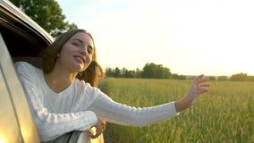 Gelukkige jonge reis die mooie jonge vrouw glimlachen die weg van reis op de tarwegebied van de de zomeraard genieten Het wapen v stock video