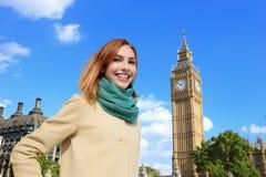 Gelukkige jonge reisvrouw Royalty-vrije Stock Foto's