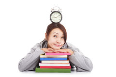 Gelukkige jonge student het denken klok met boeken Stock Afbeelding
