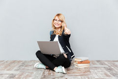 Gelukkige jonge studente die laptop computer met behulp van Royalty-vrije Stock Afbeelding
