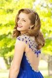 Gelukkige jonge tiener die klaar aan prom worden royalty-vrije stock afbeelding