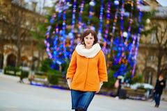 Gelukkige jonge toerist in Parijs op een de winterdag Stock Afbeelding