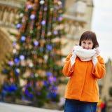 Gelukkige jonge toerist in Parijs op een de winterdag Royalty-vrije Stock Afbeeldingen