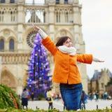 Gelukkige jonge toerist in Parijs op een de winterdag Stock Fotografie