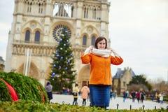 Gelukkige jonge toerist in Parijs op een de winterdag Stock Afbeeldingen