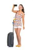 Gelukkige jonge toeristenvrouw met wielzak die foto's nemen stock afbeeldingen