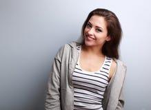 Gelukkige jonge toevallige vrouw met glimlach op blauwe achtergrond royalty-vrije stock foto's