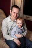 Gelukkige jonge vader en zoon stock foto's