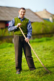 Gelukkige jonge volwassen mens die met handicap in de lentetuin werken stock foto
