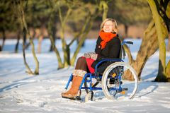 Gelukkige jonge volwassen vrouw op rolstoel Stock Afbeelding