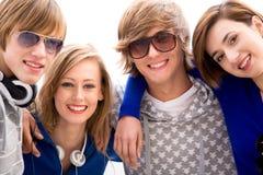 Gelukkige jonge vrienden Royalty-vrije Stock Fotografie