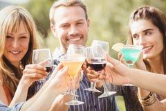 Gelukkige jonge vrienden die dranken hebben royalty-vrije stock foto's