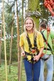 Gelukkige jonge vrouw als beginner in het beklimmen van klasse stock afbeeldingen