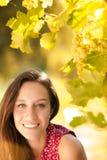 Gelukkige jonge vrouw bij de zonsondergang Stock Fotografie