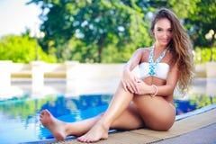 Gelukkige jonge vrouw bij zwembad zwembad Stock Foto's