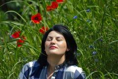 Gelukkige jonge vrouw in bloemen Royalty-vrije Stock Afbeelding