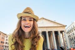 Gelukkige jonge vrouw dichtbij pantheon in Rome, Italië Royalty-vrije Stock Foto's