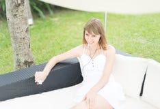 Gelukkige jonge vrouw die aan muziek luisteren openlucht. Stock Fotografie