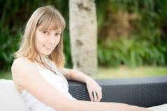 Gelukkige jonge vrouw die aan muziek luisteren openlucht Stock Foto