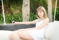 Gelukkige jonge vrouw die aan muziek luisteren openlucht Royalty-vrije Stock Afbeeldingen