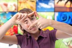 Gelukkige jonge vrouw die een frame met haar hand maakt royalty-vrije stock fotografie