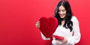 Gelukkige jonge vrouw die een grote doos van de hartgift houden Royalty-vrije Stock Afbeeldingen