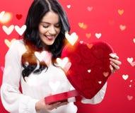 Gelukkige jonge vrouw die een grote doos van de hartgift houden Stock Afbeeldingen