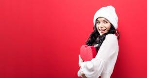 Gelukkige jonge vrouw die een grote doos van de hartgift houden Stock Fotografie