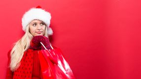 Gelukkige jonge vrouw die een het winkelen zak houdt Stock Foto's