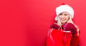 Gelukkige jonge vrouw die een het winkelen zak houdt Stock Foto