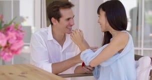Gelukkige jonge vrouw die een huwelijksvoorstel goedkeuren stock video