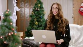 Gelukkige jonge vrouw die een videopraatje hebben stock video