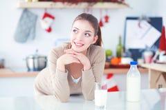 Gelukkige jonge vrouw die gezond ontbijt in keuken hebben Royalty-vrije Stock Foto's