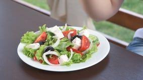 Gelukkige jonge vrouw die gezonde salade voor lunch eten stock videobeelden