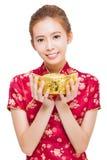 Gelukkige jonge vrouw die goud voor Chinees nieuw jaar tonen Royalty-vrije Stock Afbeeldingen