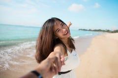 Gelukkige jonge vrouw die in het strand lopen stock fotografie