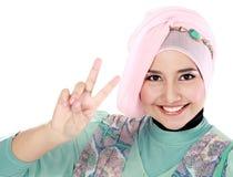 Gelukkige jonge vrouw die in hoofdsjaal een vredesteken maken Royalty-vrije Stock Fotografie
