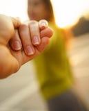 Gelukkige jonge vrouw die kerel` s hand trekken die - hand in hand op a lopen Royalty-vrije Stock Fotografie