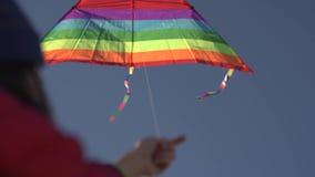 Gelukkige jonge vrouw die met een vlieger op een open plek bij zonsondergang in de zomer loopt stock footage