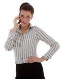 Gelukkige jonge vrouw die op celtelefoon spreekt Stock Afbeeldingen