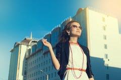 Gelukkige jonge vrouw die op een stadsstraat lopen stock foto