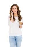Gelukkige jonge vrouw die op mobiele telefoon spreken terwijl het hebben van koffie Stock Foto